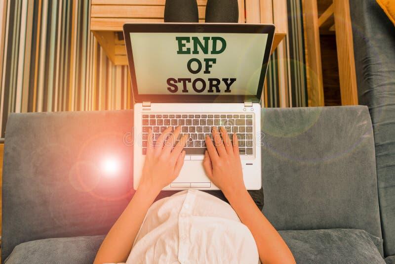 Schreibnotiz mit Ende der Geschichte Geschäftsfotos zeigen, dass nichts hinzuzufügen Literatur Schreiben Journalismus stockfoto