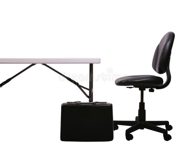Schreibtisch, Aktenmappe, Stuhl auf Weiß lizenzfreie stockbilder