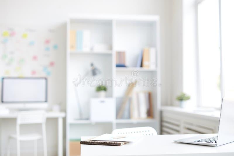 Schreibtisch des Büroangestellten stockbild
