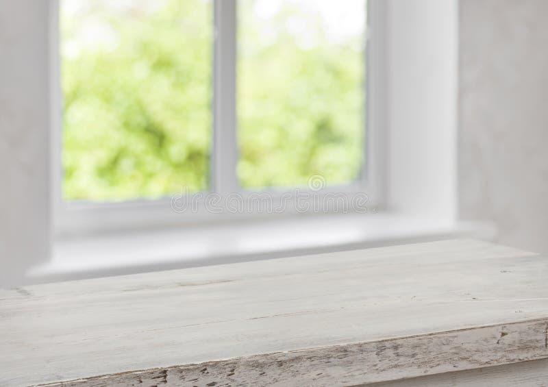 Schreibtisch des freien Raumes mit unscharfem Sommerfenster als Hintergrund stockfotografie