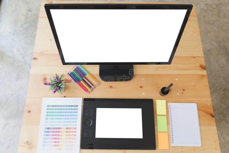 Schreibtisch des Grafikdesigners bei der Arbeit - digitale Tablette, Computer scre lizenzfreie stockfotos