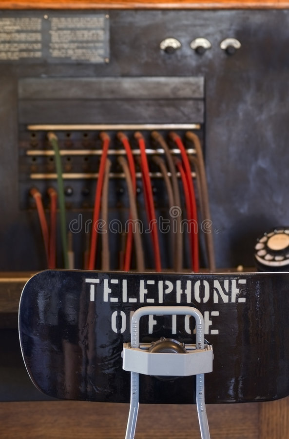 Schreibtisch des Weinlese-Telefon-Bedieners lizenzfreies stockbild