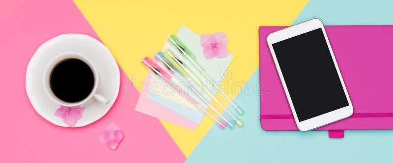 Schreibtisch-Funktions-Raum-Ebenen-Lagefahne Draufsichtfoto des Arbeitsplatzes mit Spott des freien Raumes herauf Smartphone, Kaf stockbild