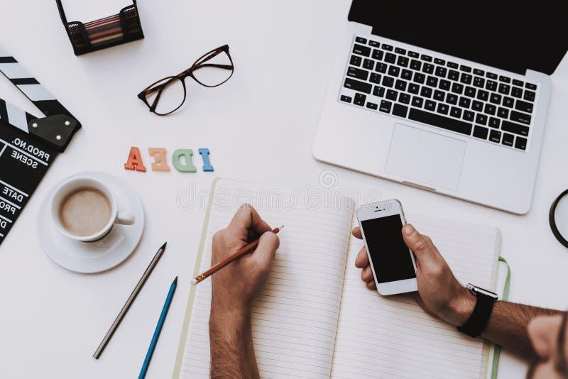 schreibtisch Laptop Tasse Kaffee Ansicht über Tastatur und Schirm arbeit lizenzfreies stockbild