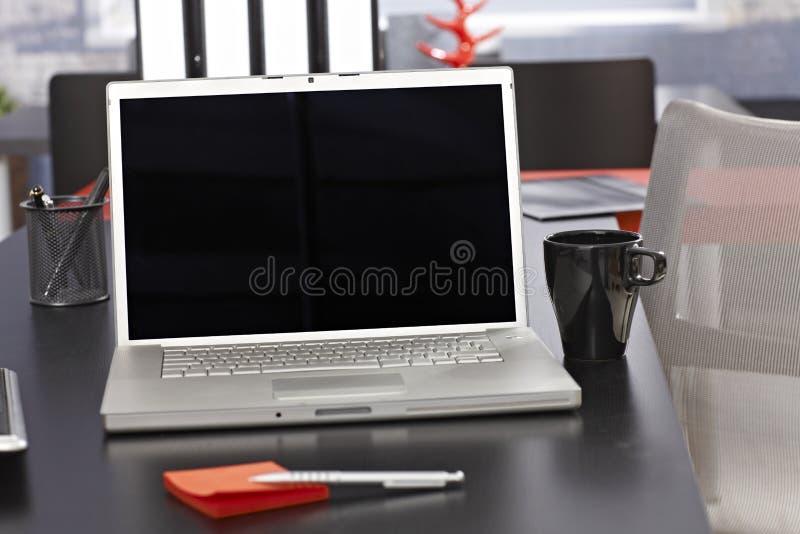 Schreibtisch mit Laptop stockbilder