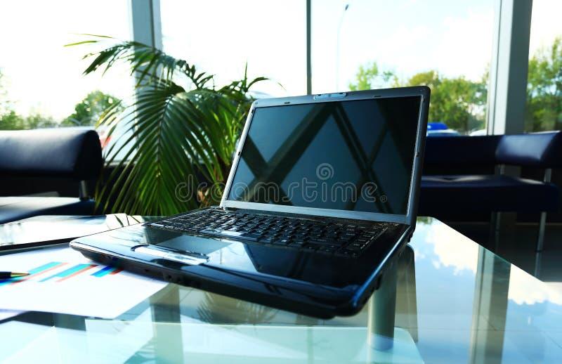 Schreibtisch mit Laptop stockfotos