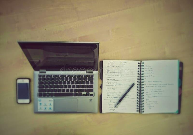 Schreibtisch mit mobiler Verdrahtungsauflage des Laptops stockbilder