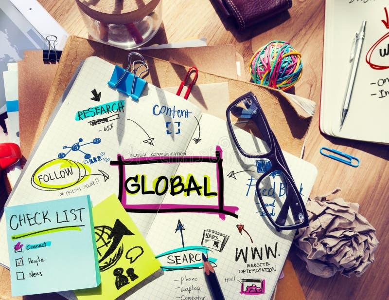 Schreibtisch mit Werkzeugen und Anmerkungs-globaler Kommunikation stockbilder