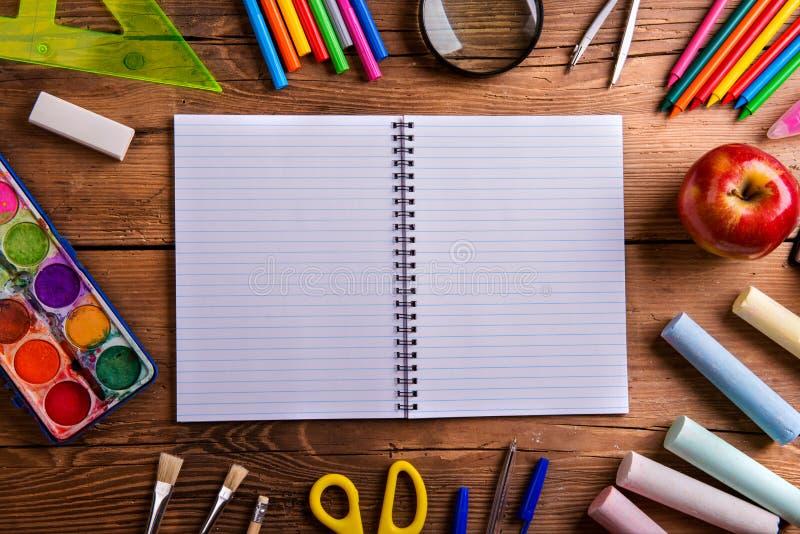 Schreibtisch, Schulbedarf, zeichnete Papier-, hölzernen Hintergrund, Kopie spac stockbilder