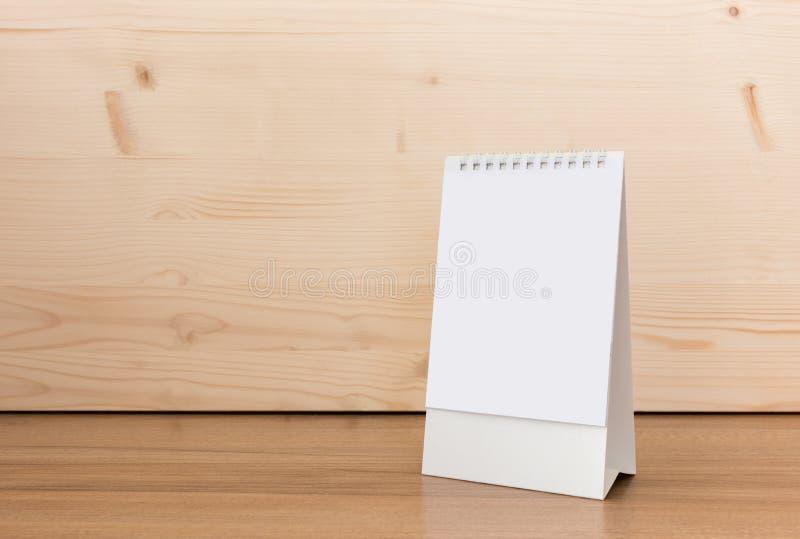 Schreibtisch-Spiralenkalender des leeren Papiers lizenzfreie stockfotos