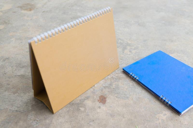 Schreibtisch-Spiralenkalender des leeren Papiers lizenzfreie stockbilder