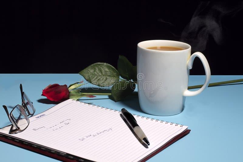 Schreibtisch u. Tasse Kaffee stockfotografie
