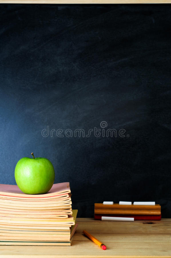 Schreibtisch und Tafel des Lehrers lizenzfreie stockbilder