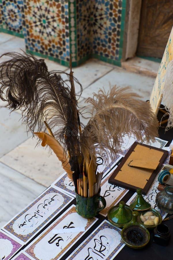 Schreibtisch und Werkzeuge des arabischen Schreibkünstlers lizenzfreie stockfotografie