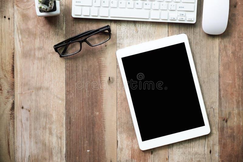 Schreibtischarbeit mit Computertastatur, Gläsern, Tabletten-PC und smartph lizenzfreies stockfoto