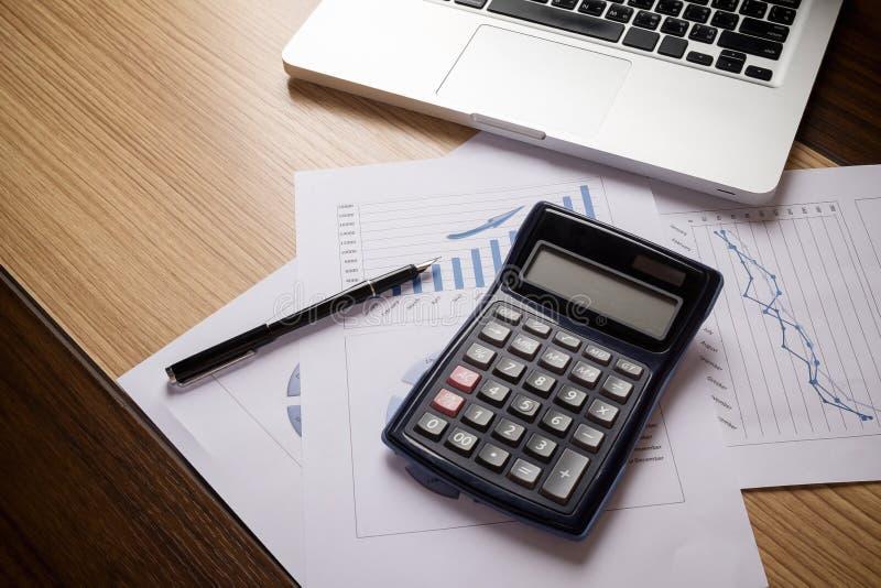 Schreibtischbüro mit Laptop, taplet, Analysebericht, Taschenrechner stockfoto