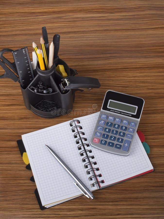 Schreibtischorganisator mit Bürohilfsmitteln stockfoto