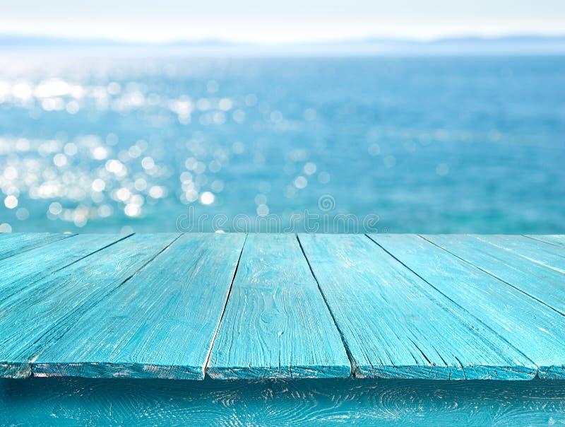 Schreibtischtabelle gegen das Meer lizenzfreie stockfotos