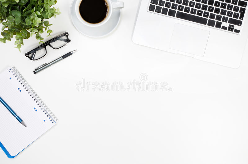 Schreibtischtabelle mit Laptop, Kaffeetasse und Draufsicht der Versorgungen