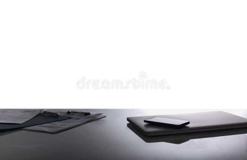 Schreibtischtabelle mit Notizbuch, Tastatur, intelligentem Telefon und Draufsicht des Stiftes über weißen Hintergrund stockfotos