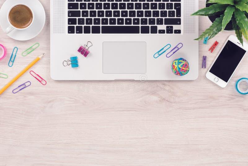 Schreibtischtabellenarbeitsplatz mit flacher Lage der Draufsicht Laptop Tastatur und Smartphone mit Kopienraum stockfotos