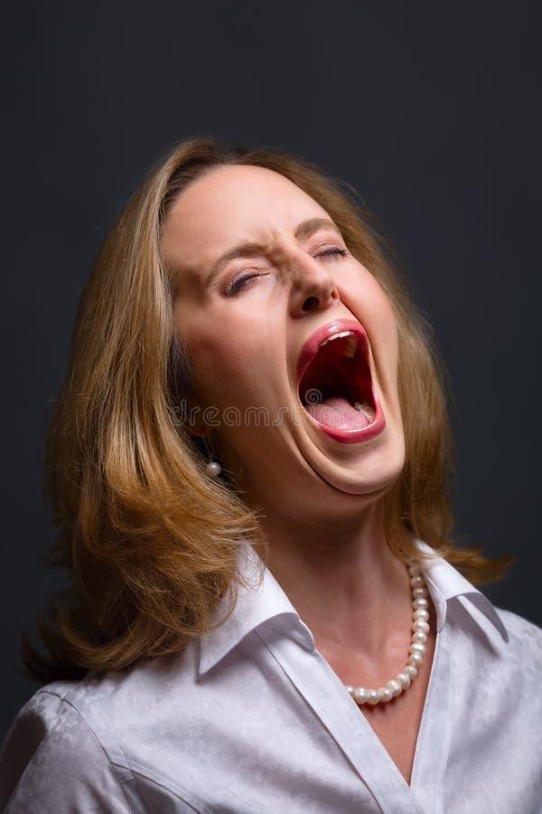 Schreien in den Schmerz stockfoto