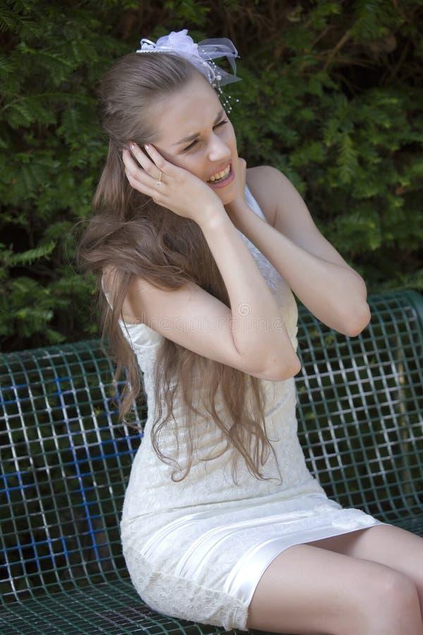 Schreiende Braut im Park stockbild