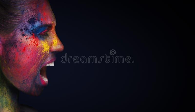 Schreiende Frau mit ungewöhnlichem hellem Make-up auf Weiß lizenzfreies stockbild