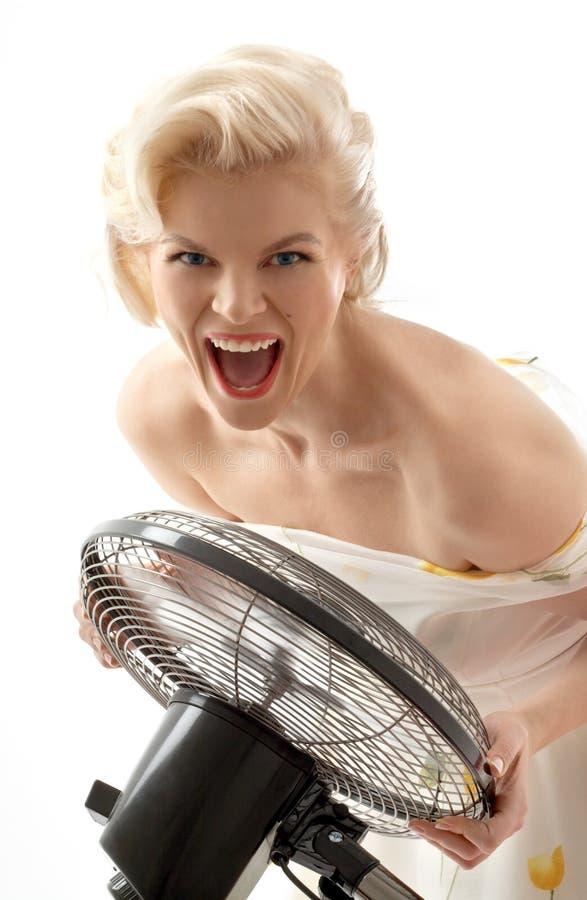 Schreiende Hausfrau mit Gebläse lizenzfreies stockfoto