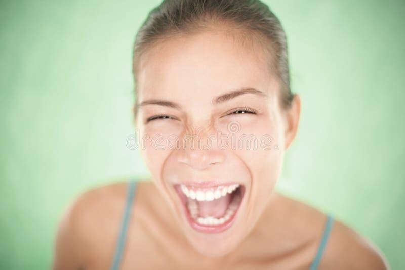 Schreiende Nahaufnahme der glücklichen Frau stockfoto