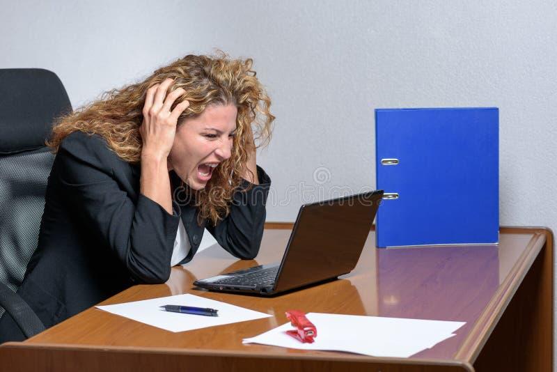 Schreiende stilvolle junge Geschäftsfrau mit einem sauren Ausdruck stockbilder