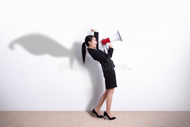 Schreiende SuperheldGeschäftsfrau lizenzfreie stockbilder