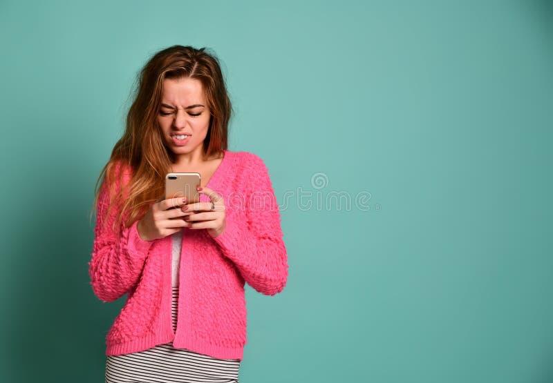 Schreiende verärgerte Frau auf dem Handy lizenzfreie stockbilder