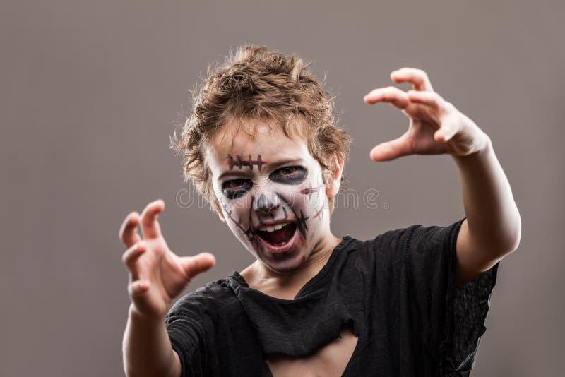 Schreiender gehender toter Zombiekinderjunge stockfoto
