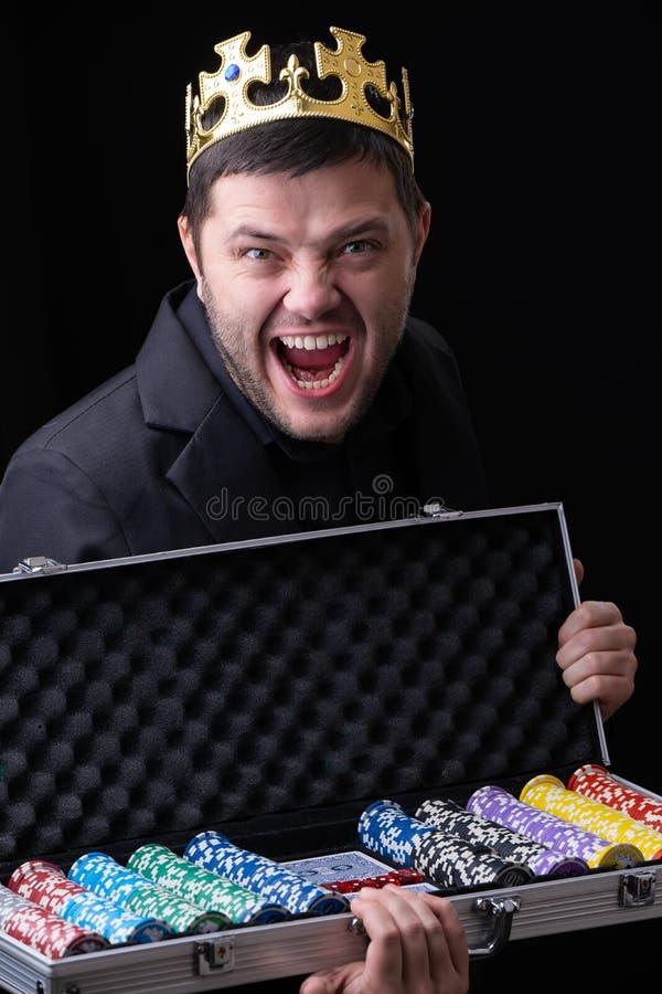 Schreiender Mann in der Krone im Kasino mit Koffer mit Chips stockfotos
