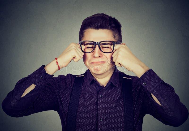 Schreiender Mann des Headshot in den Gläsern lizenzfreies stockbild