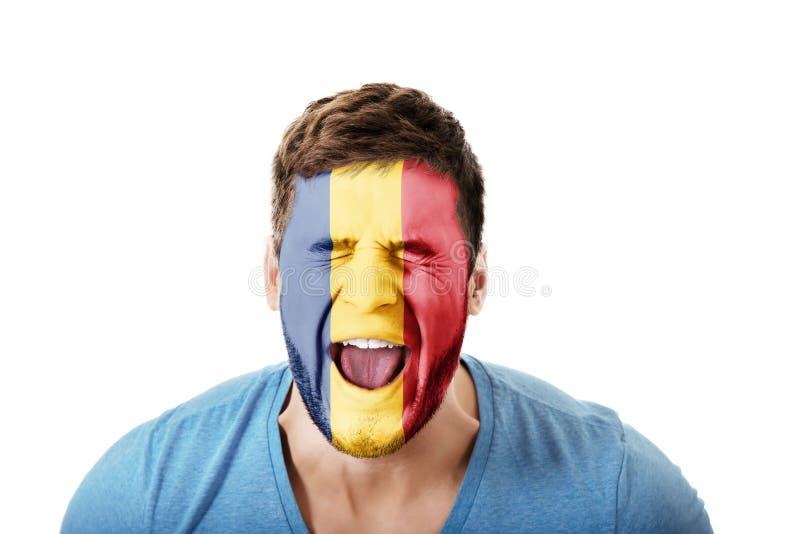 Schreiender Mann mit Rumänien-Flagge auf Gesicht stockfoto