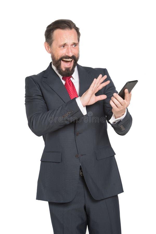 Schreiender Unternehmer, der Furcht beim Ablesen von Mitteilungen von seinem Teilhaber ausdr?ckt stockfoto