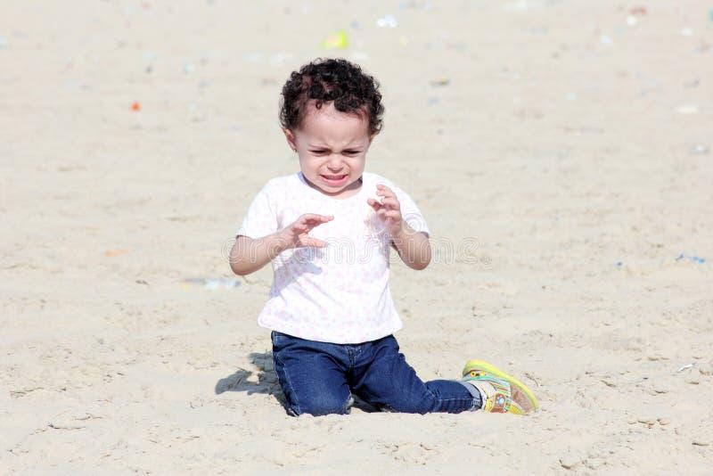 Schreiendes arabisches Baby lizenzfreie stockfotografie