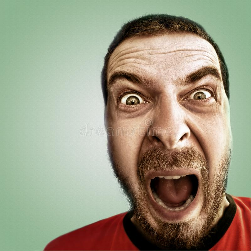 Schreiendes Gesicht des entsetzten lustigen Mannes lizenzfreie stockbilder