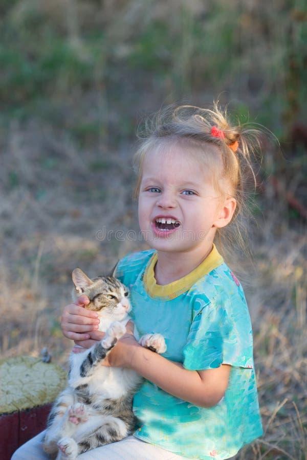 Schreiendes kleines Mädchen mit Kätzchen lizenzfreies stockfoto