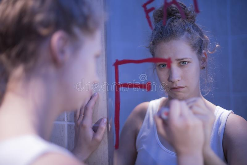 Schreiendes Mädchen im bathroon stockfotos
