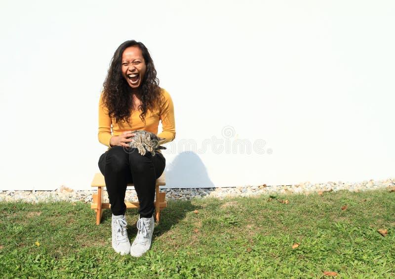 Schreiendes Mädchen mit Katze stockfotografie
