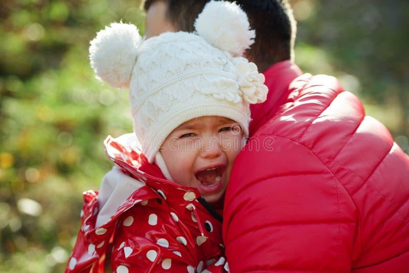 Schreiendes trauriges Mädchen mit lustigem Hut lizenzfreie stockfotos