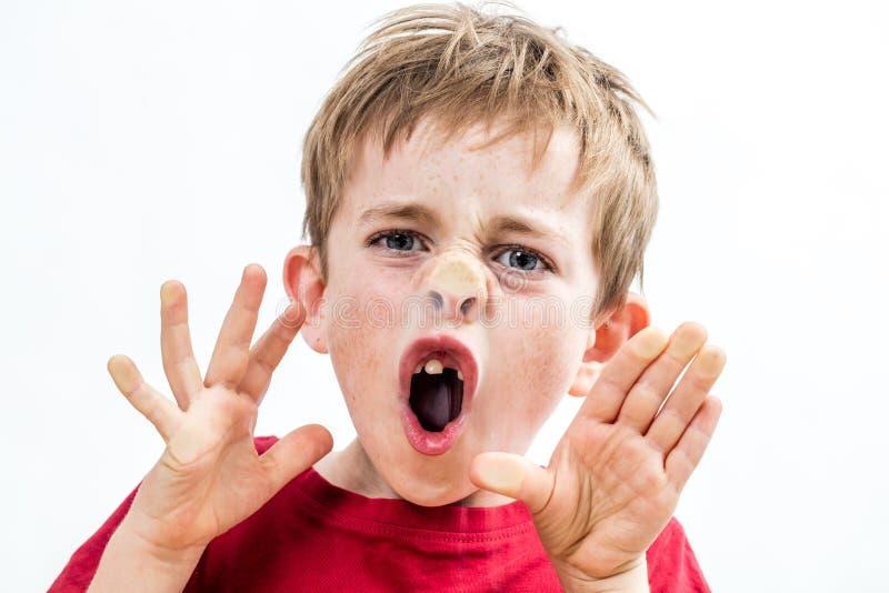 Schreiendes unverschämtes Kind, das seine Nase zum Fenster für schlechtes Benehmen zerquetscht stockbild
