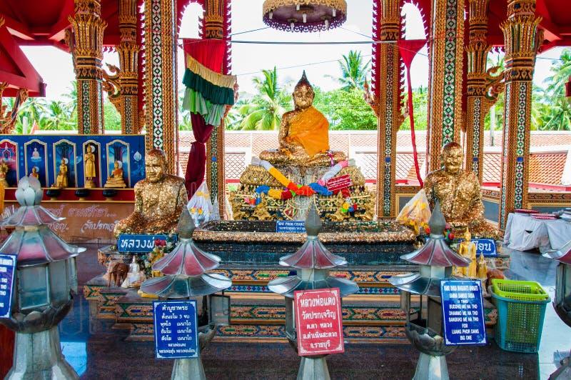 Schrein im buddhistischen Tempel an sich hin- und herbewegendem Markt Damnoen Saduak, Thailand stockfotografie