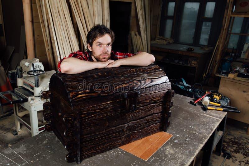 Schreiner und das Ergebnis seiner Arbeit Endprodukt lizenzfreie stockfotografie