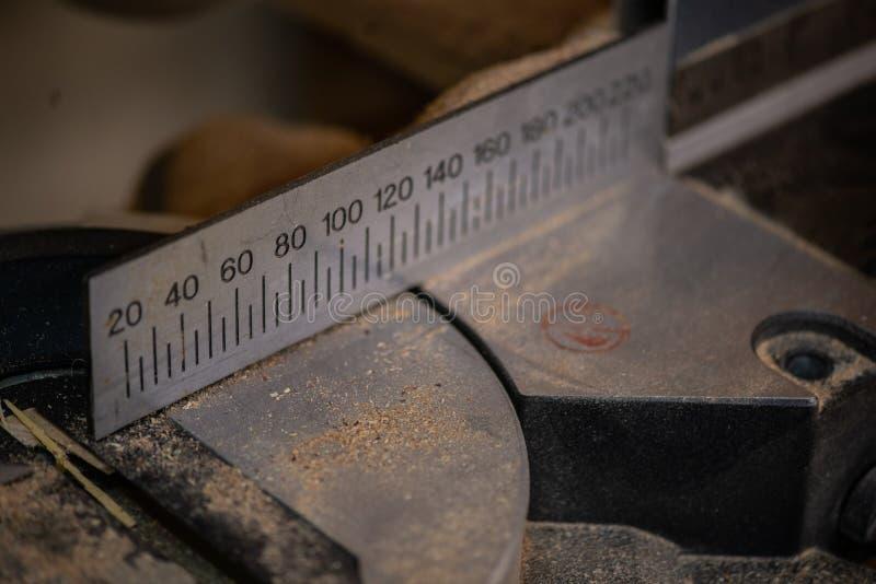 Schreinereizubehör gezeigt in einer großen linearen Wiedergabe Dunkler Hintergrund lizenzfreie stockfotografie