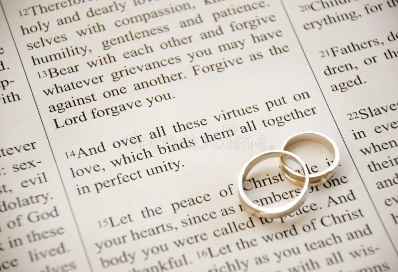 Schrift und Ringe stockbild