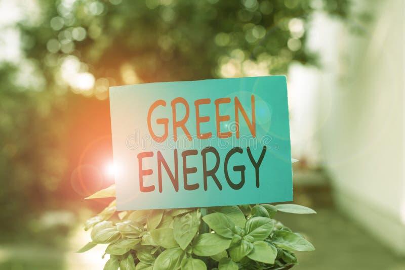 Schriftelijke notitie met groene energie Het tonen van bedrijffoto's komt uit natuurlijke bronnen en schaadt het ecosysteem niet stock afbeelding